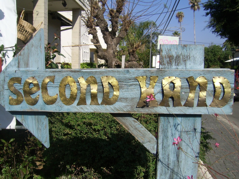 arrow sign saying second hand